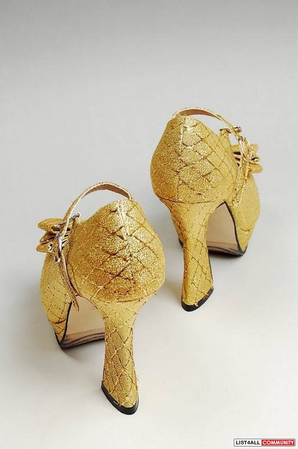 Gold silk covered on the peep toe pumps with ribbon decorated