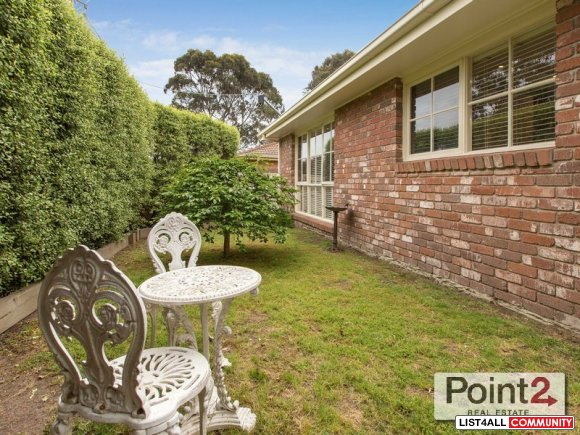 Exquisite Two-Bedroom House for Sale in Mount Eliza Village On Christm