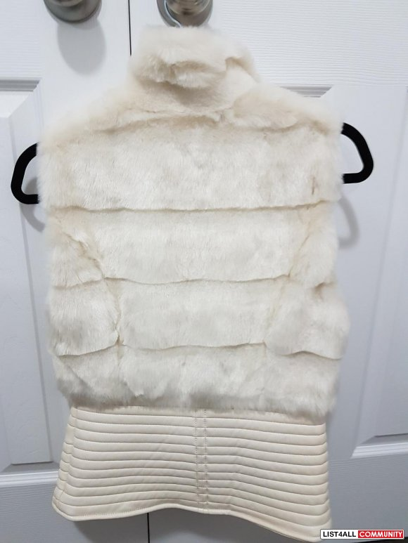 BRAND NEW WHITE FAUX FUR VEST IN XS FROM GUESS