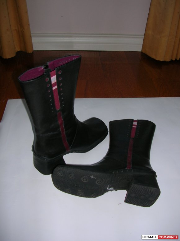 Black leather boot, size 34.