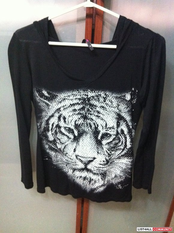 Blingy lion top. Size small. Never worn. Bought in vegas