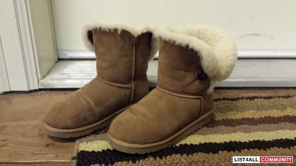 AUTHENTIC UGGS CHESNUT SHORT - size 6