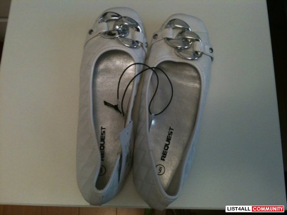 NWT REQUEST WHITE FLATS SIZE 6