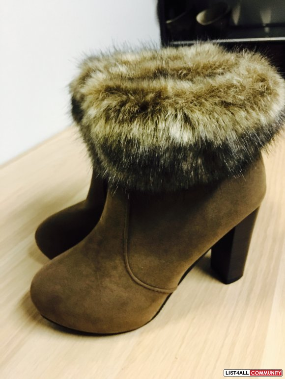 Size6.5 Brown low-heel short bootie with faux fur top