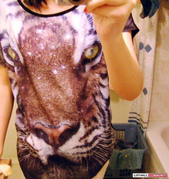 Forever 21 galaxy tiger graphic tee - size med